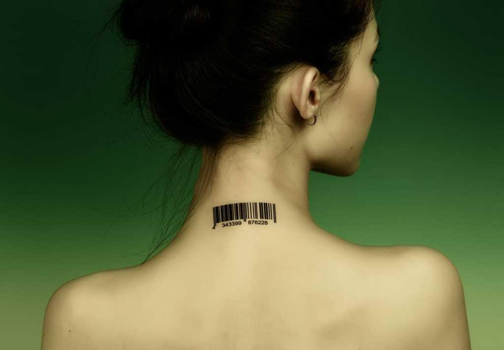 A tatuagem no pescoço da menina - código de barras