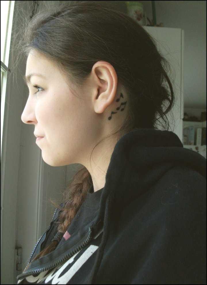A tatuagem no pescoço da menina - notas