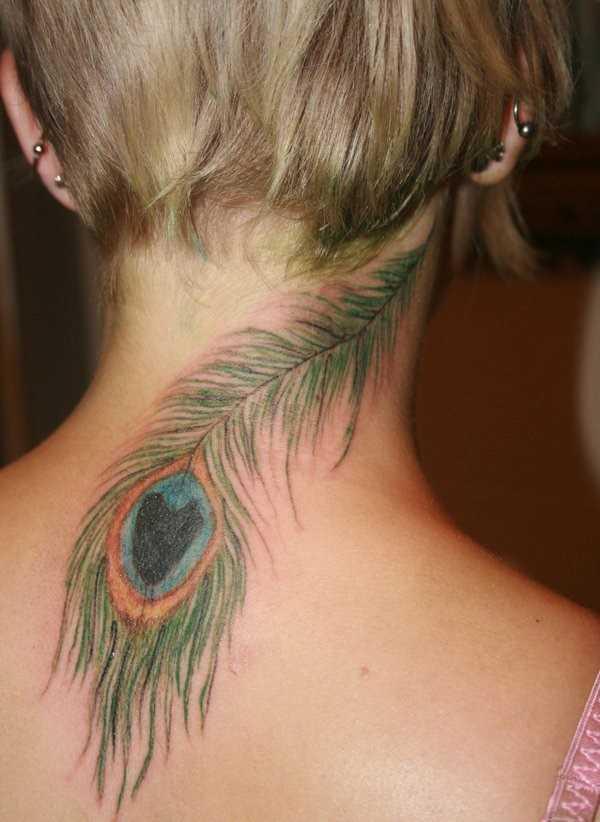 A tatuagem no pescoço da menina - pena de pavão