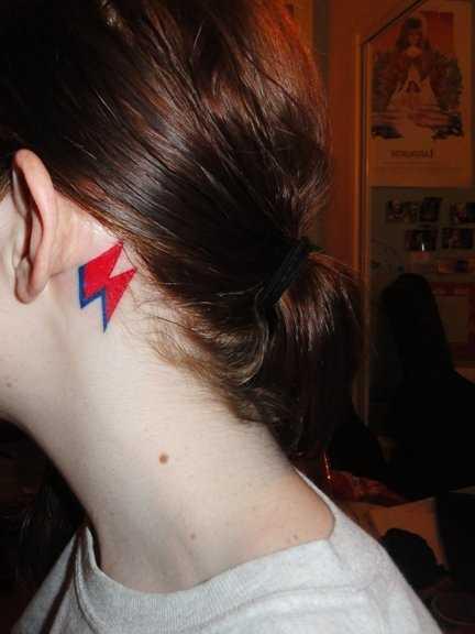 A tatuagem no pescoço da menina - relâmpago