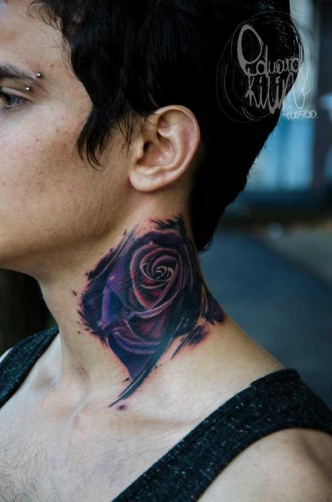 A tatuagem no pescoço da menina - rosa