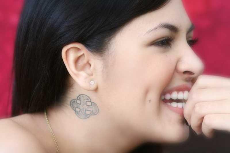 A tatuagem no pescoço da menina - x