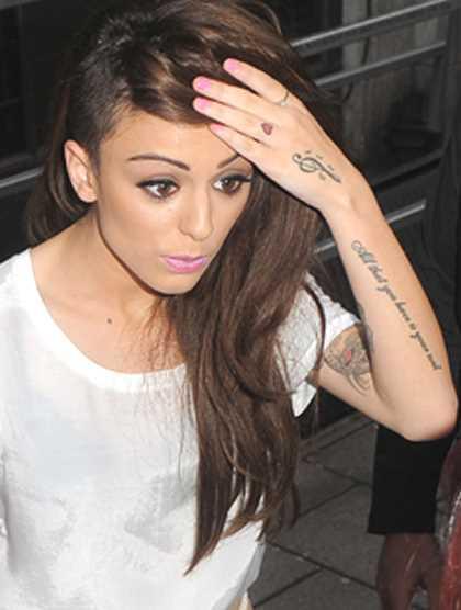 A tatuagem no pincel, as meninas - clave de sol