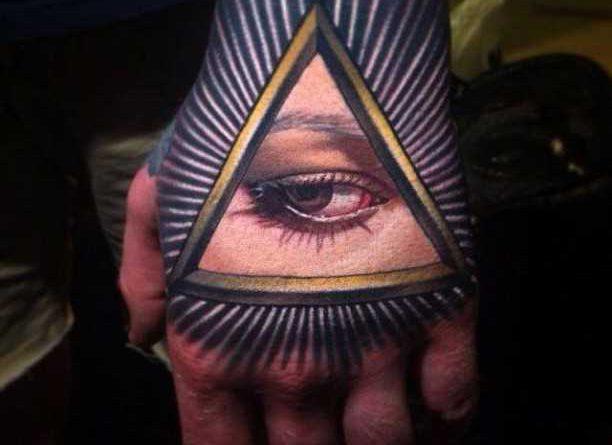 A tatuagem no pincel cara – massonskii triângulo em estilo 3d