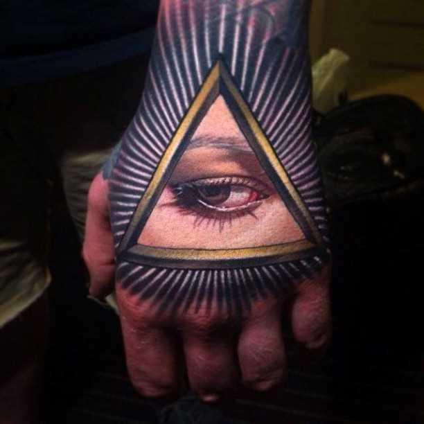 A tatuagem no pincel cara - massonskii triângulo em estilo 3d