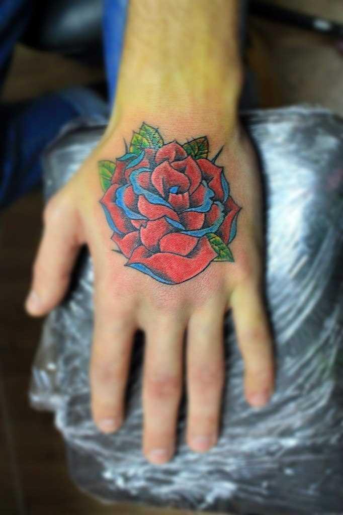 A tatuagem no pincel o cara - rosa