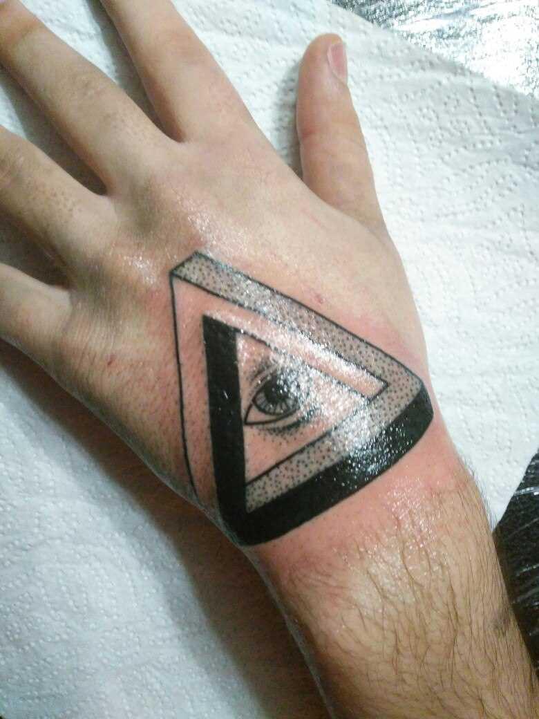 A tatuagem no pincel o cara - triângulo com um olho dentro de um