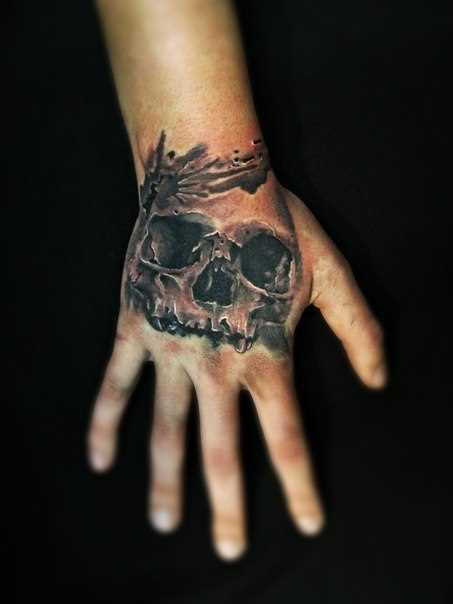 A tatuagem no pincel tem cara de crânio
