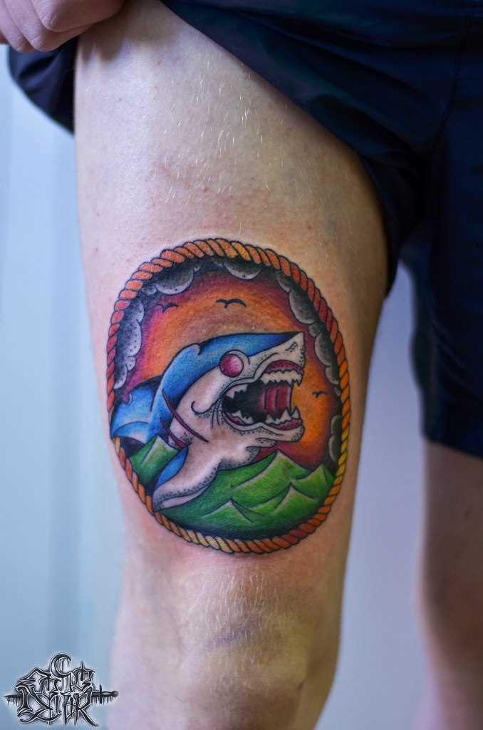 A tatuagem no quadril, o cara - de tubarão
