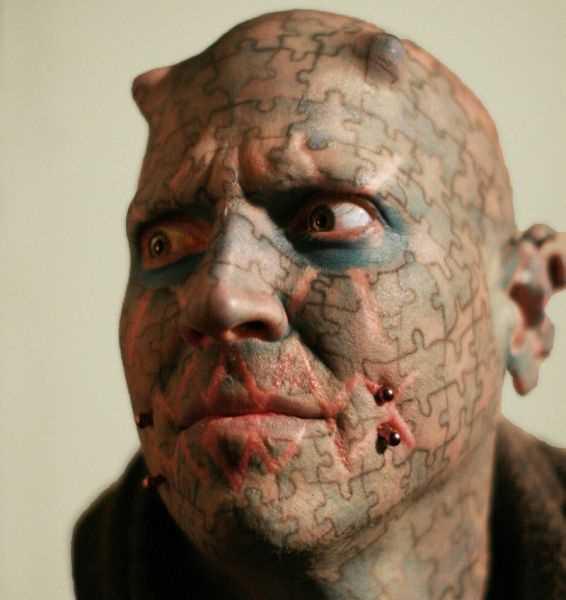 A tatuagem no rosto de um cara de quebra - cabeças