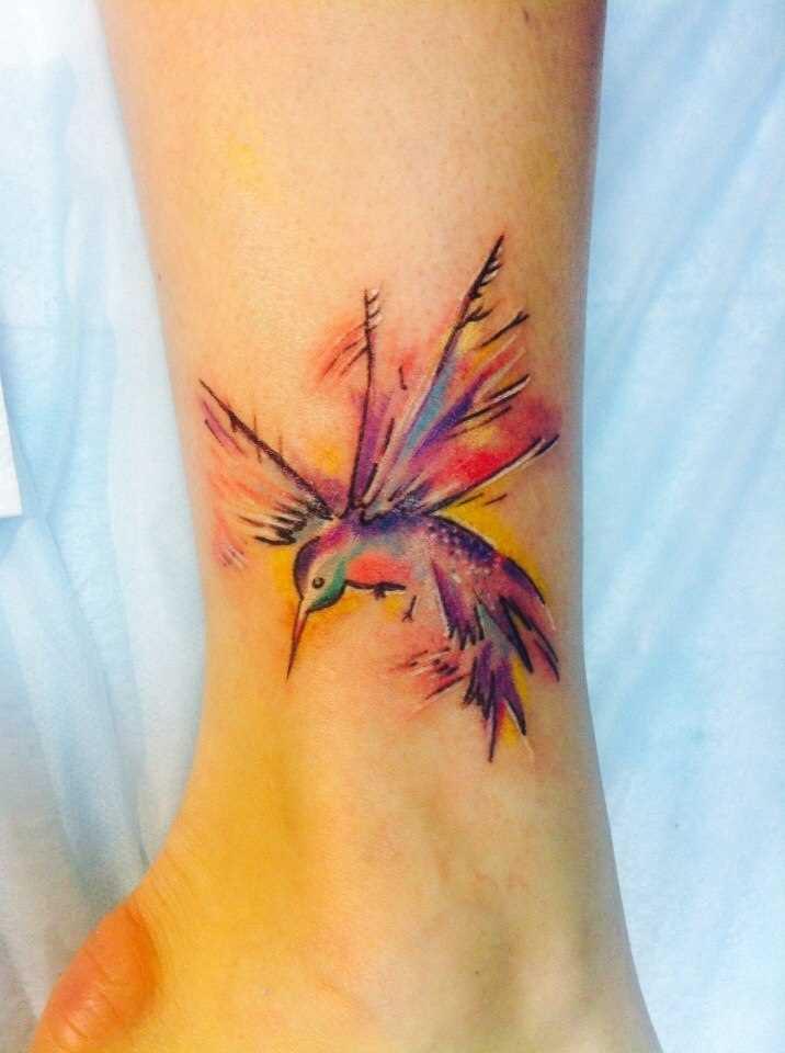 A tatuagem no tornozelo preto, as meninas - beija-flor