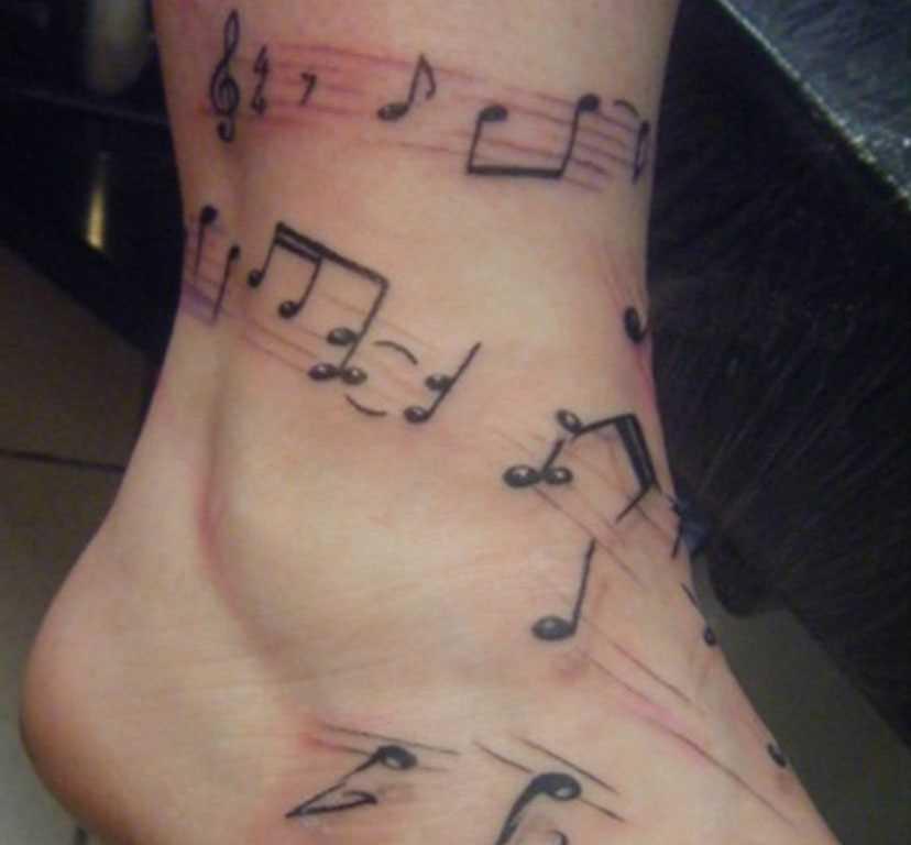 A tatuagem no tornozelo preto meninas - as notas e a clave de sol