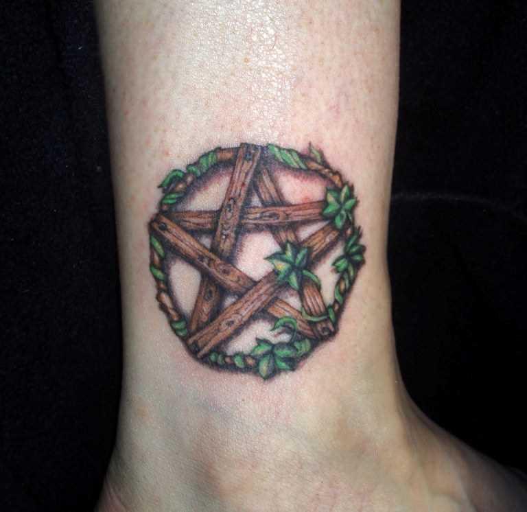 A tatuagem no tornozelo preto meninas - pentagrama e ivy