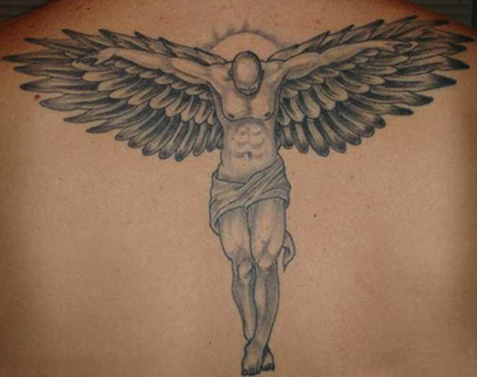 A tatuagem tem um cara na parte de trás na forma de um anjo