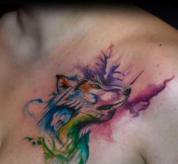 Akvarelnaia tatuagem no peito da menina - lobo