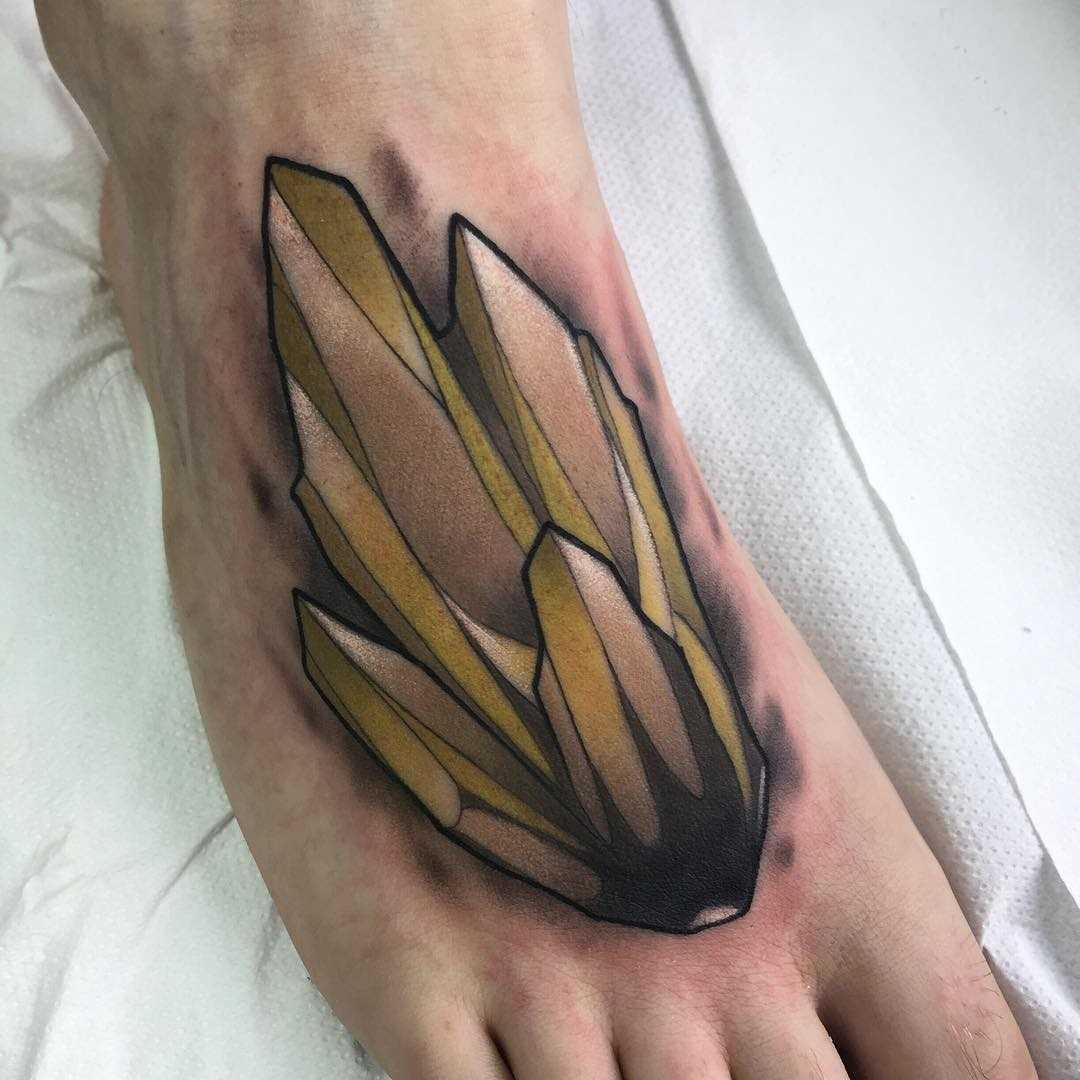Amarelo tatuagem de cristais na planta do pé do cara
