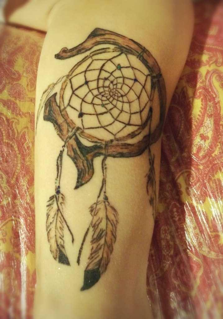 Apanhador de sonhos - uma tatuagem na perna da menina