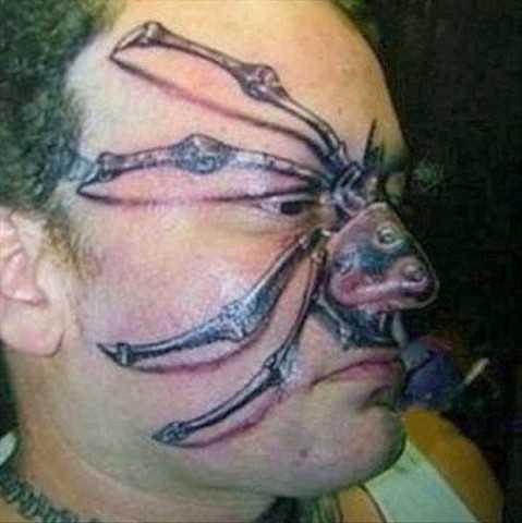 Aranha no rosto em estilo 3d do corpo de tatuagem