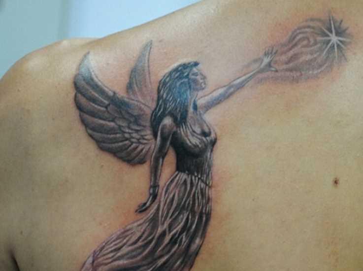 Bela tatuagem blade a menina - anjo em forma de menina e a estrela