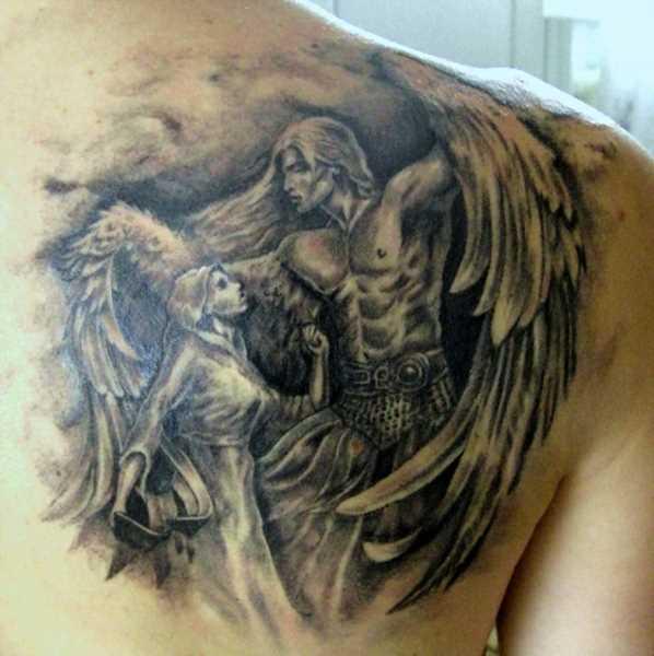 Bela tatuagem blade a menina - anjo na forma de um menino e uma menina