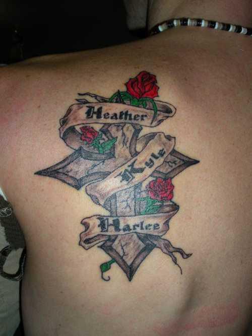Bela tatuagem blade meninas - cruz, a rosa e a inscrição