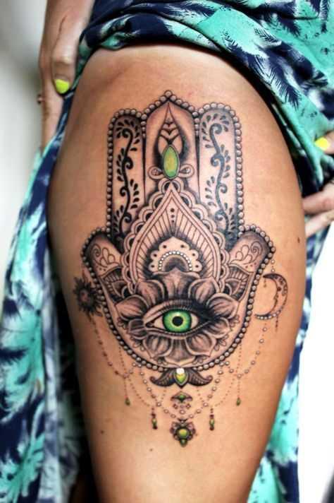 Bela tatuagem de joss hamsa no quadril da menina