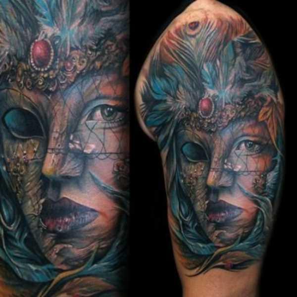 Bela tatuagem do cara no ombro com a imagem da máscara