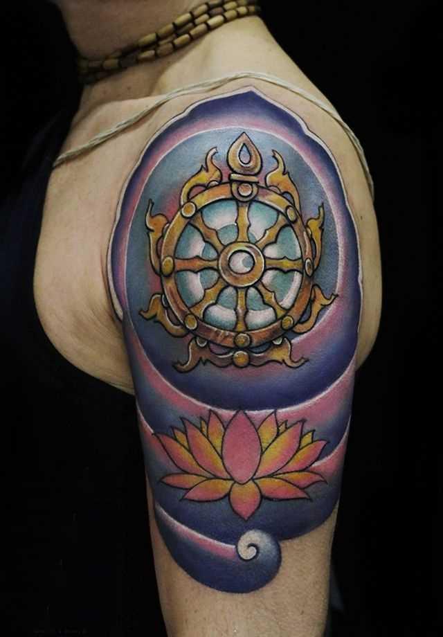 Bela tatuagem do volante no ombro da menina