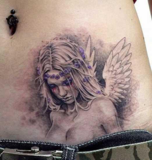 Bela tatuagem na barriga da menina - anjo