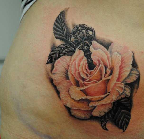 Bela tatuagem na barriga da menina - rosa com chave