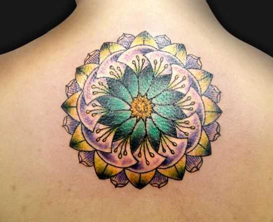 Bela tatuagem na espinha, as meninas - mandala
