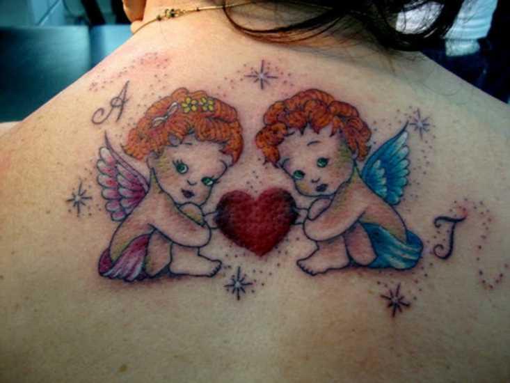 Bela tatuagem na parte de trás, a menina - anjos com um coração