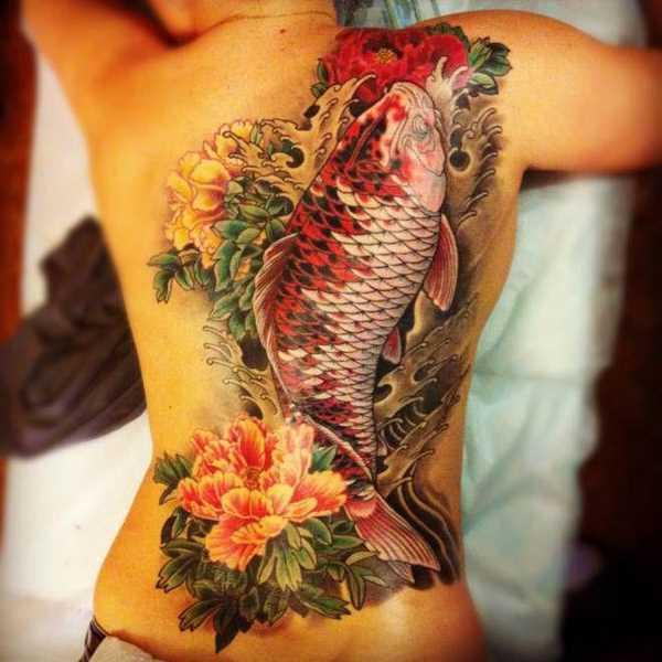 Bela tatuagem na parte de trás da menina - a carpa e a peônia