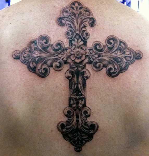 Bela tatuagem na parte de trás da menina - esculpido cruz