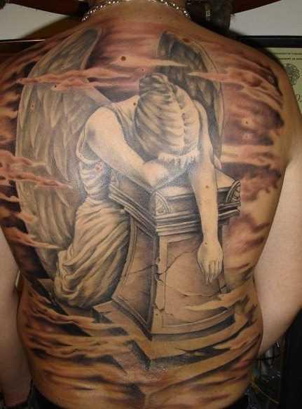 Bela tatuagem nas costas de um cara em forma de anjo