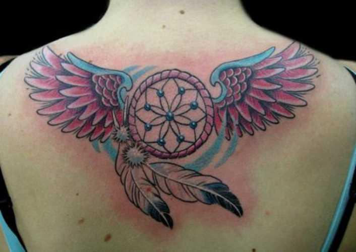 Bela tatuagem nas costas de uma menina - o apanhador de sonhos