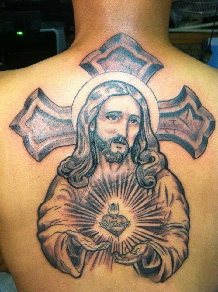 Bela tatuagem nas costas do cara - a cruz e Jesus