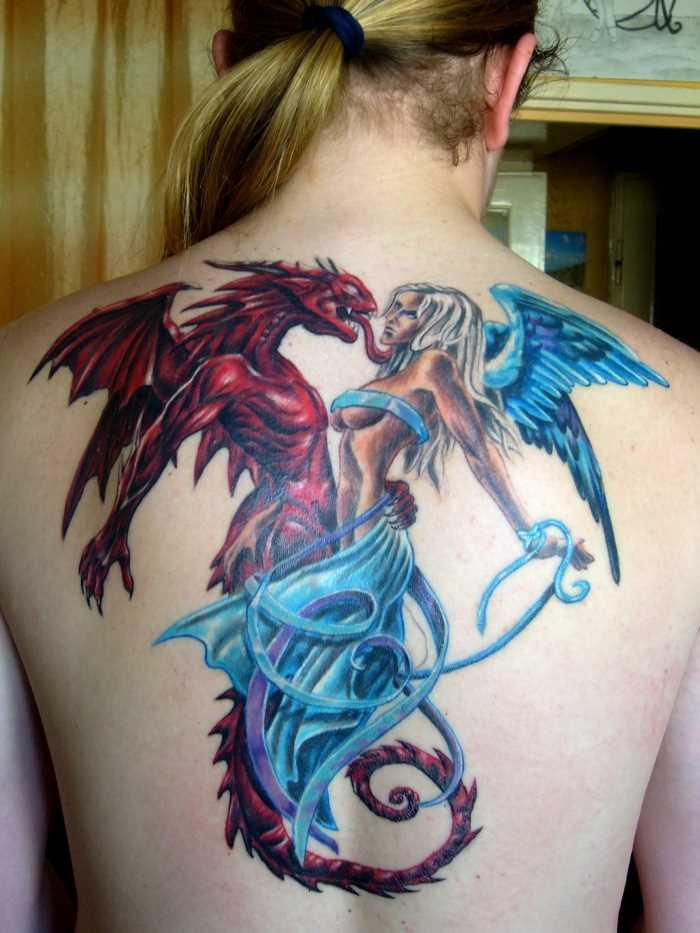 Bela tatuagem nas costas do cara - de- anjo e um demônio