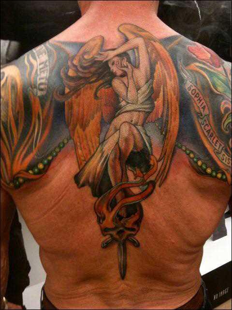 Bela tatuagem nas costas do cara - um anjo em forma de menina
