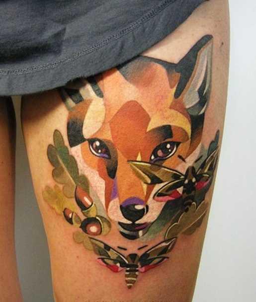 Bela tatuagem nas coxas da menina - a raposa e as borboletas
