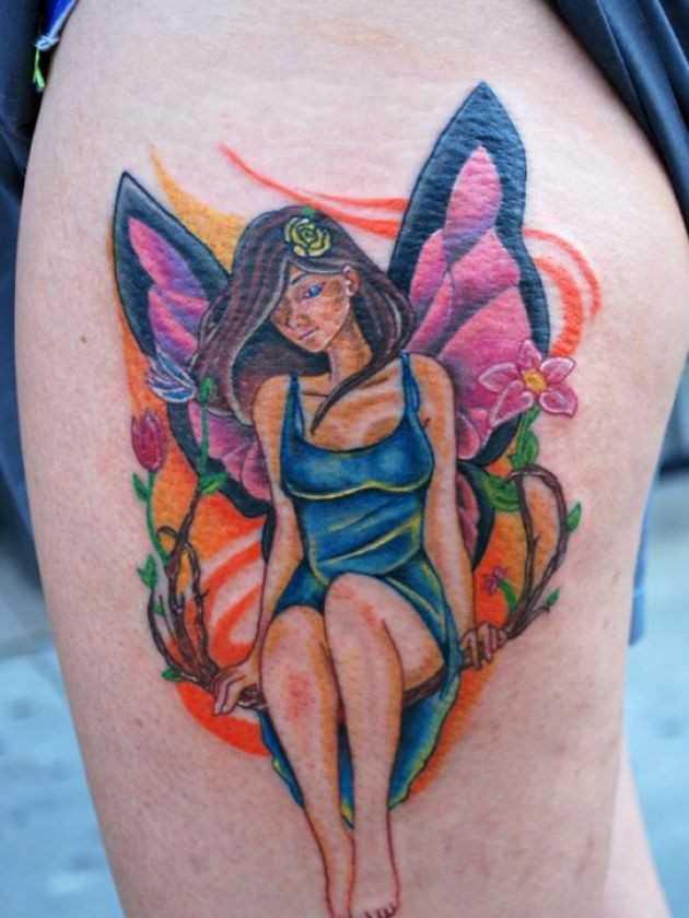 Bela tatuagem nas coxas da menina - fada