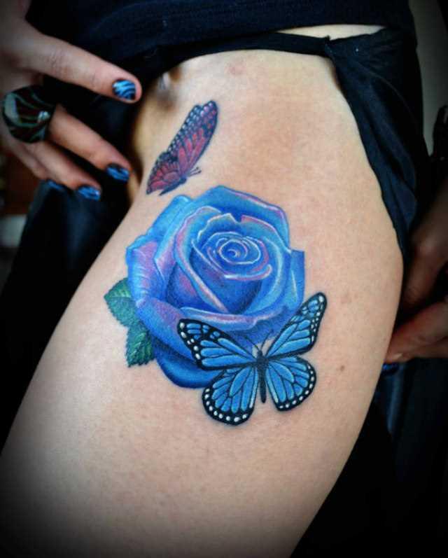 Bela tatuagem nas coxas da menina - rosa e a borboleta