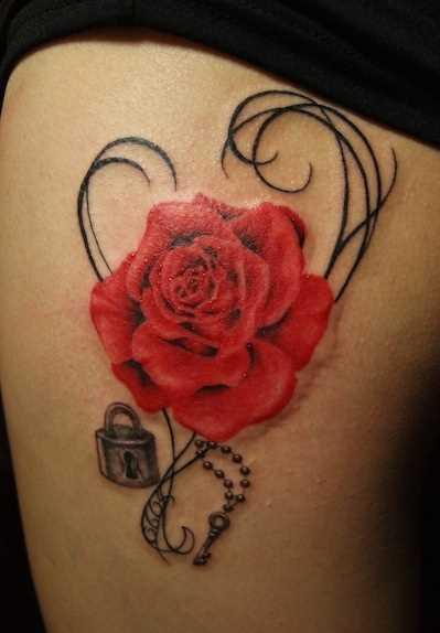 Bela tatuagem nas coxas da menina - rosa, o castelo e a cadeia com uma chave de