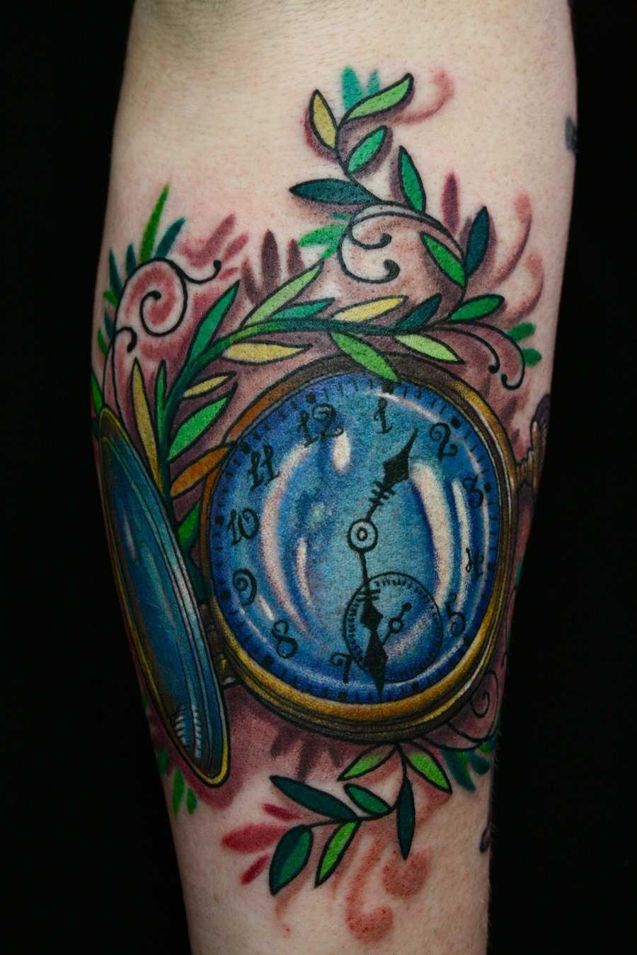 Bela tatuagem no antebraço, as meninas - relógio de bolso