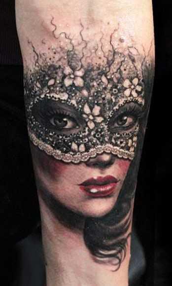 Bela tatuagem no antebraço da menina - a menina para dentro da máscara