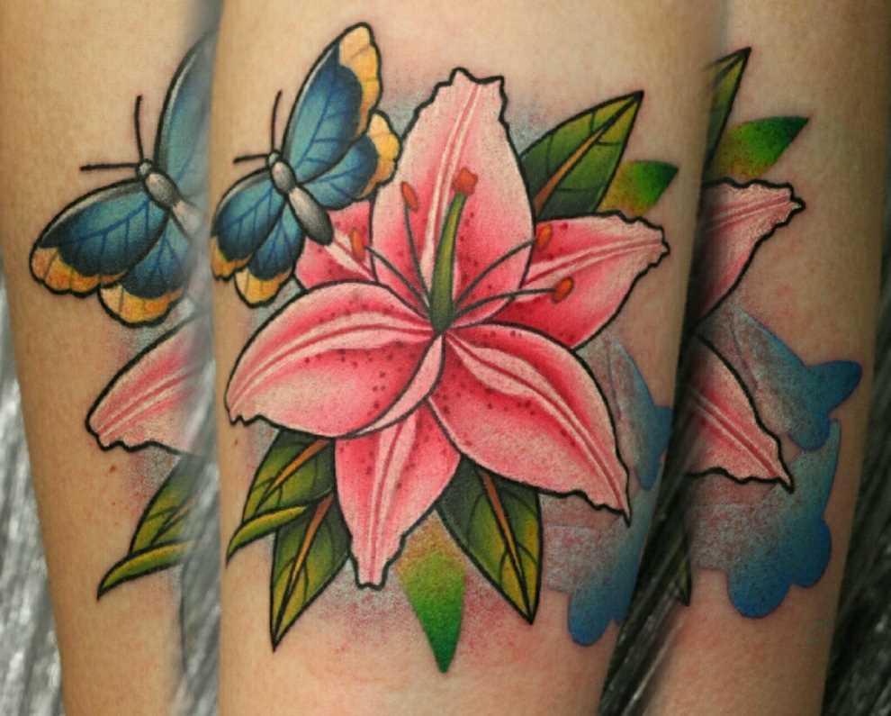 Bela tatuagem no antebraço da menina - o lírio e a borboleta
