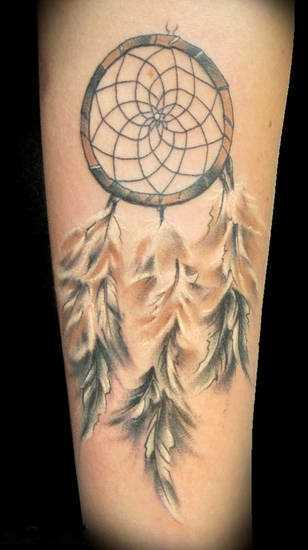 Bela tatuagem no antebraço de uma menina - o apanhador de sonhos