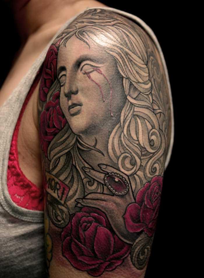 Bela tatuagem no ombro da menina - anjo