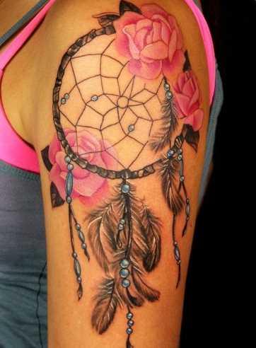 Bela tatuagem no ombro da menina - apanhador de sonhos
