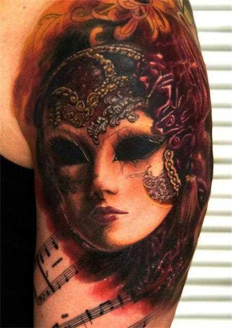 Bela tatuagem no ombro da menina - máscara